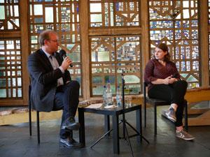 Martin Engels und Fiona Paulus diskutieren in der Evangelischen Trinitatiskirchengemeinde in Bonn. Foto: Uwe Grieser
