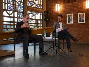 Franz Müntefering und Till Kiehne diskutieren in der Evangelischen Trinitatiskirchengemeinde in Bonn. Foto: Uwe Grieser